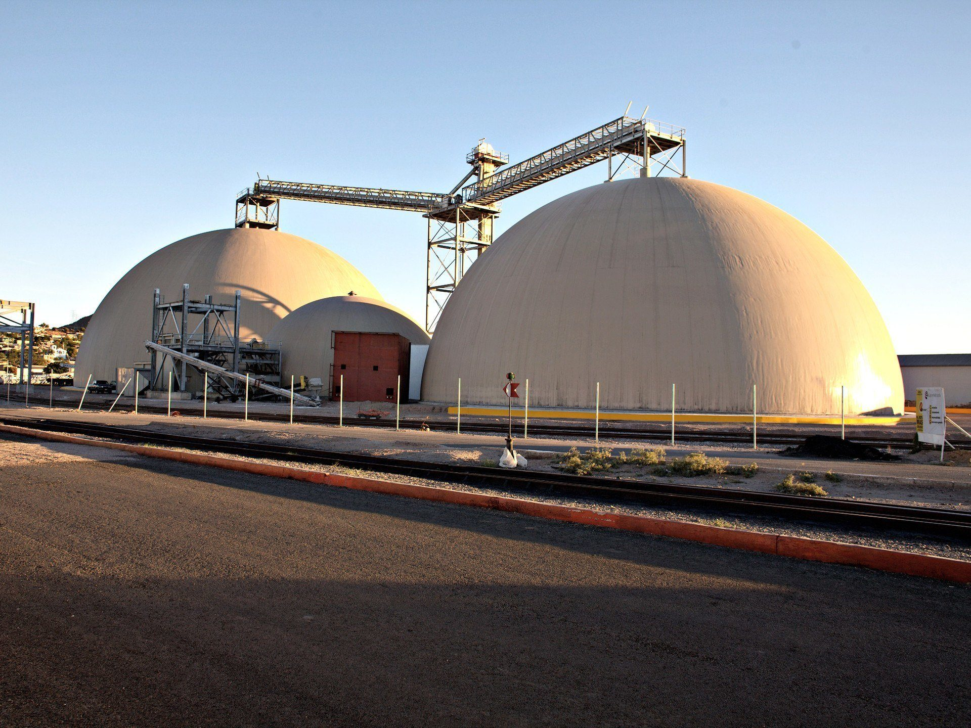 Urea bulk storage domes